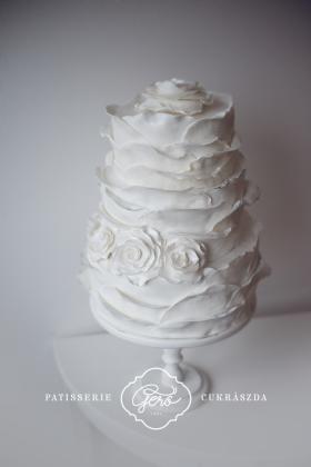 Fodros esküvői torta
